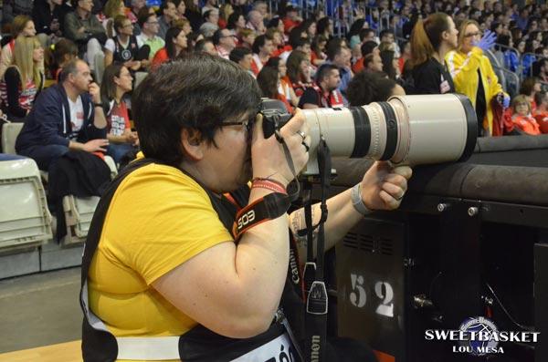 María Mentxaka fotografiando en un partido de basket